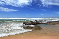 Wyrzucać na brzeg blisko Mosselbay Południowa Afryka podczas ranku światła słonecznego pod chmurnym niebem Obraz Stock
