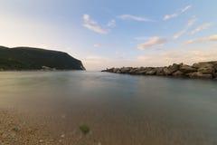 Wyrzucać na brzeg blisko Numana przy zmierzchem, Conero, Marche, Włochy Obraz Royalty Free