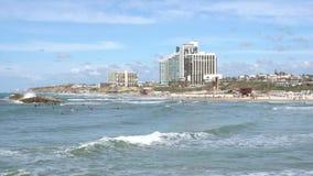 Wyrzucać na brzeg, fala i surfingowowie w Herzliya, Izrael zbiory