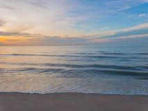 Wyrzucać na brzeg i fala łama na brzeg przy lata morzem Fotografia Royalty Free