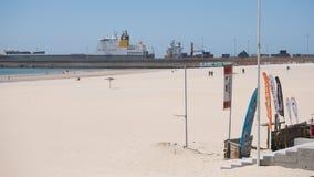 Wyrzucać na brzeg i Przesyła w Matosinhos, Porto, Portugalia z ładunku statku rozładunkiem w tle obraz stock