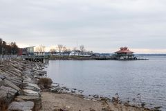 Wyrzucać na brzeg i przewozi w porcie obok boathouse w Burlington, Vermont zdjęcie royalty free