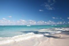 wyrzucać na brzeg oceanu piaska tropikalnego biel Fotografia Royalty Free