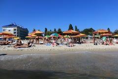 Wyrzucać na brzeg na plaży, spoczynkowa miasto plaża Cote d ` Azur wybrzeże morza Zdjęcie Royalty Free
