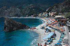 Wyrzucać na brzeg przy wioski Monterosso al morzem śródziemnomorskim i klaczem Fotografia Royalty Free