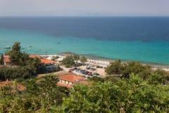 Wyrzucać na brzeg w Afitos i lato kurorcie przy Kassandra fotografia royalty free