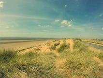 Wyrzucać na brzeg w Liverpool z lighthout i pięknym niebem Obrazy Royalty Free