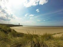 Wyrzucać na brzeg w Liverpool z lighthout i pięknym niebem Zdjęcia Royalty Free