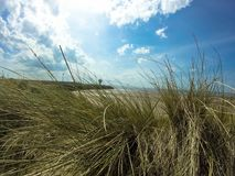 Wyrzucać na brzeg w Liverpool z lighthout i pięknym niebem Fotografia Royalty Free