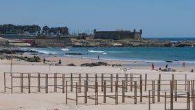 Wyrzucać na brzeg w Matosinhos, Porto, Portugalia z sera kasztelu fortem w tle fotografia royalty free