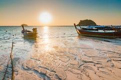 Wyrzucać na brzeg w ranku wschodzie słońca z piękną teksturą na plaży Fotografia Stock