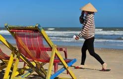 Wyrzucać na brzeg w Wietnam, kobieta z zakrywającą twarzą Zdjęcia Royalty Free