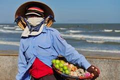 Wyrzucać na brzeg w Wietnam, kobieta z zakrywającą twarzą Zdjęcie Royalty Free