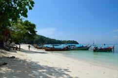 Wyrzucać na brzeg z łodziami przy wybrzeżem w Tajlandia fotografia royalty free