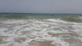 Wyrzucać na brzeg z fala owija na brzeg w morzu śródziemnomorskim zdjęcie wideo