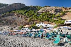 Wyrzucać na brzeg z loungers i parasols przy Crete wyspą, Grecja Obrazy Royalty Free