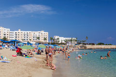 Wyrzucać na brzeg z mnóstwo ludźmi w Cypr, Protaras Fotografia Stock