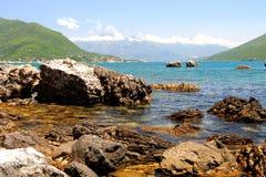 Wyrzucać na brzeg z skałami w morzu i górami pięknymi, malowniczymi, Herceg Novi, Montenegro, zatoka Kotor Obraz Royalty Free