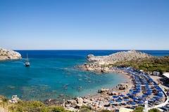 Wyrzucać na brzeg z wybrzeża wyspa Rhodes w Faliraki, Grecja Nadmorski krajobraz rocky wybrzeże morza Zatoka z wybrzeża falir Zdjęcia Royalty Free