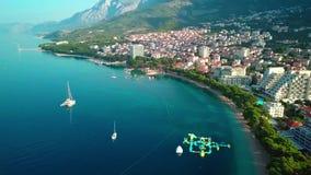 Wyrzucać na brzeg z zielonymi sosnami na Adriatyckim brzegowym Makarska Chorwacja europejczycy zdjęcie wideo