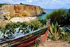 Wyrzucać na brzeg blisko Armacao De Pera, Algarve, Portugalia obraz royalty free