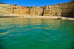 Wyrzucać na brzeg blisko Armacao De Pera w Algarve, Portugalia obrazy stock
