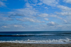 Wyrzucać na brzeg ocean i niebo, Fotografia Royalty Free