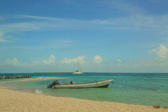 Wyrzucać na brzeg przy Goff s Caye w Belize Obrazy Stock