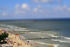 Wyrzucać na brzeg przy morzem w lecie z wakacyjnymi producentami Fotografia Stock