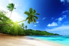 Wyrzucać na brzeg w zmierzchu czasie na Mahe wyspie w Seychelles Zdjęcie Royalty Free