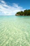 wyrzucać na brzeg wyspy raju piaska tropikalnego biel Zdjęcie Royalty Free
