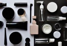 Wyrzynarki łamigłówka z kosmetykami na białym †'czerni tło obraz royalty free