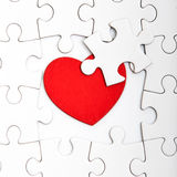 Wyrzynarki łamigłówka z pustymi biel kawałkami i czerwonym sercem Obraz Stock
