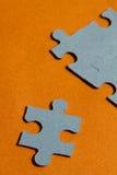 Wyrzynarki łamigłówki kawałki na jaskrawym pomarańczowym tle Zdjęcie Royalty Free