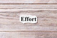 Wysiłek słowo na papierze Pojęcie Słowa wysiłek na drewnianym tle zdjęcie stock