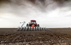 Wysiewne uprawy przy rolniczymi polami w wio?nie zdjęcia stock