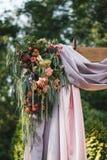 Wysklepia dla ślubnej ceremonii w lecie na ulicie, dekorujący z świeżymi kwiatami zdjęcie royalty free