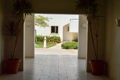 Wysklepia inside, opuszczać budynek z ceramicznymi płytkami na podłoga i drzewkach palmowych w hotelu w tropikalnym kurorcie na s fotografia royalty free