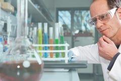 Wysoce skoncentrowany chemik zdjęcie stock