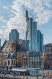 Wysocy budynki biurowi otaczający starym centrum Frankfurt magistrala - jest - obraz royalty free