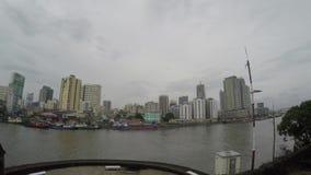 Wysocy budynki budujący wzdłuż ogromnych Pasig brzeg rzeki zbiory wideo