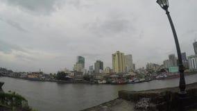 Wysocy budynki budujący wzdłuż ogromnych Pasig brzeg rzeki zbiory