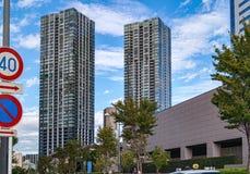 Wysocy budynki mieszkalni w nowożytnym okręgu Tokio Obraz Royalty Free