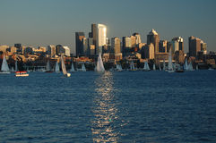 Wysocy budynki odbijają światło słoneczne na Jeziornym zjednoczeniu Zdjęcia Royalty Free