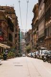 Wysocy budynki, parkujący motocykle i samochody i Ulica Przez Balbi w genui, Włochy zdjęcia royalty free