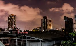 Wysocy budynki przy nocą, pomarańczowy niebo Obraz Stock