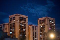 Wysocy budynki w nocy mie?cie obrazy royalty free