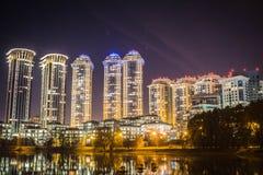 Wysocy domy mieszkaniowy kompleks z nocy oświetleniem Drogi lokalowy wieczór czas fotografia royalty free