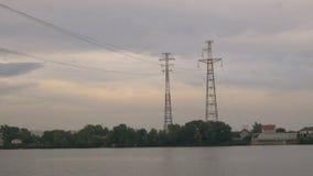Wysocy elektryczni mola na brzeg rzeki Przekaz elektryczność nad odległością zbiory wideo
