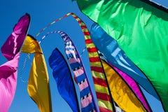 Wysocy, kolorowi sztandary trzepocze w wiatrze, Zdjęcie Stock